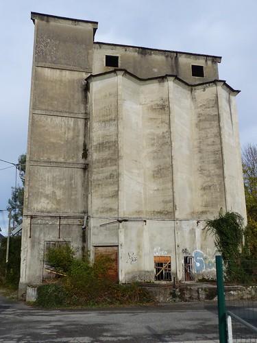 Nay, Pyrénées-Atlantiques: le silo de la minoterie dans lequel Chahab veut faire une résidence d'artistes sur verre et sur métal