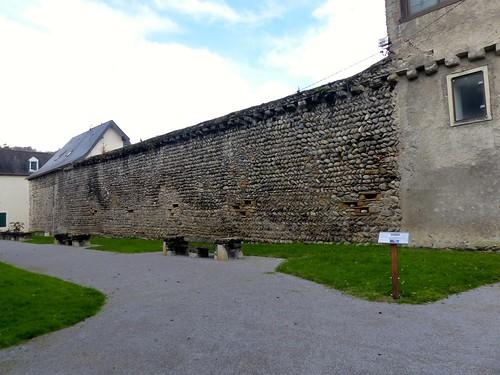 Nay, Pyrénées-Atlantiques: mur avec meurtrières