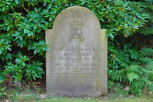 Mr. W.H.E. Baron van der BORCH, van VERWOLDE,  17 mei 1910 - 20 juli 1943, DEN VADERLANT GHETROUWE, BLIJF ICK TOT INDEN DOOT, NIEMAND HEEFT MEERDER LIEFDE DAN DEZE, DAT IEMAND ZIJN LEVEN ZETTE VOORZIJNE VRIENDEN JOH.15.13.