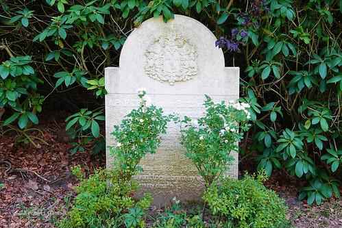 Grafsteen: A. Ph. R. C. Baron van der Borch van Verwolde, Heer van Verwolde, 11 Augustus 1926 - 5 Maart 2008, U.M. Baronesse van der Borch van Verwolde, Halsted Noyce, Vrouwe van Verwolde 14 Maart 1923 - 13 Juli 1992,