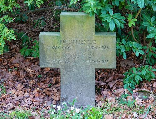 Graf van Philippientje, geb. 20-9-1956 overl. 17-9-1956   (3 dagen oud)(data waarschijnlijk omgewisselt). Mary'tje, geb. 19-7-1986, overl. 18-4-1987( 9 maand oud)