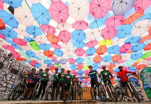 Umbrellas, Friends & Bikes #bike #euvoudebike #aventura #mountainbiker  #mountainbike #bicicleta #mtblife #mtbbrasil #mountainbiking #clicknabike #gtloboguará #mtb #mtbfeira  #trial #temlobonatrilha