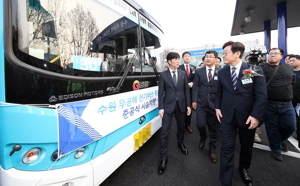 9일 오후 수원시 북부공영차고지에서 열린 수원 무공해 전기버스 충전소 준공식에서 이재명 경기도지사와 주요 참석자들이 무공해 전기버스를 살펴보고 있다.