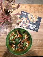 Make food in Köln Winter Menu und grüner Bowl mit Kichererbseneintopf mit Cashews und Brokkoli