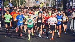 Photo of people in a marathon - Credit to https://homegets.com/