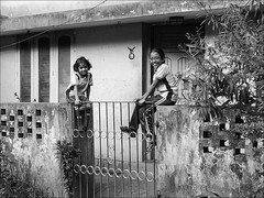 People in India: Kids waiting at the gate