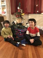 """Det offisielle """"barna tindrer med øynene foran juletreet""""-bildet 2019"""
