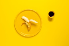 Yellow banana on plate - Credit to https://homegets.com/