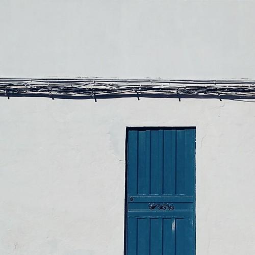Una puerta azul