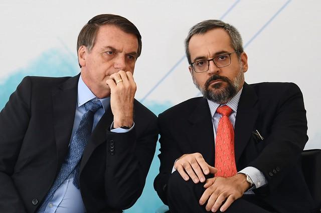 Jair Bolsonaro e Abraham Weintraub protagonizam ataques à educação brasileira desde o início do ano  - Créditos: Evaristo Sá/AFP