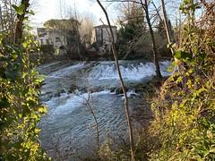 Juste après avoir quitté les berges du Lez du domaine de Lavalette - Montpellier Nord - nous remontons. Le fleuve côtier vers Montferrier sur Lez. Nous nous trouvons à proximité de voies de circulation routières tres fréquentées.
