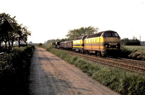 62ers reden met een korte goederentrein door Balen op 16 mei 1989