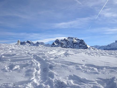 Schnee Schneemann und Berge