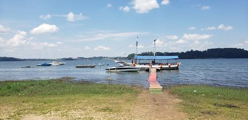 Barco de passeio ancorado