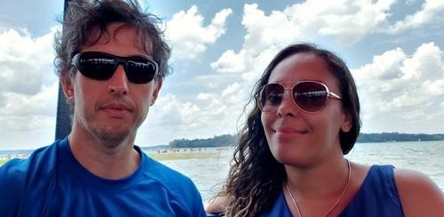 Débora e eu indo de barco para uma ilhota