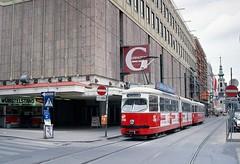 Gerngross_mariahilferstrasse_mit_strassenbahn_06-1993