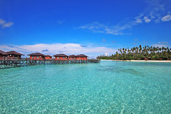 borneo-indonesia-derTropical resort near Derawan Island in Borneoawan-island-resort-hotel-tropical-exotic-turquoise-holiday-bungalow-tiket2