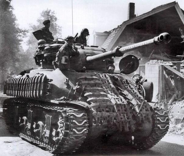 """Gruene-Teufel: bmashina: Британският """"Sherman Firefly"""" се опитва да се представи за нормално """"Шърман"""" германската доктрина на Западния фронт инструктирани танкови екипажа и противотанкови артилеристи за неутрализиране на Светулката в британска бронирана единица на първо място, така че това е най- F"""