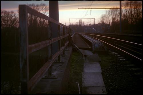 Crépuscule sur la voie ferrée