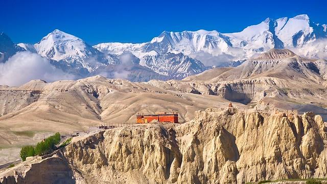 Kloster bei Lo Manthang vor der eisgepanzerten Annapurna-Kette.