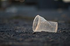 Weggeworfener Plastikbecher auf dem Boden