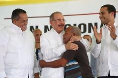 Presidente Danilo Medina entrega 482 certificados de títulos en Vicente Noble