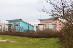 Bunte Ferienhäuser mit kleiner Terrasse im Freizeitzentrum de Holle Poarte in Friesland, Niederlande