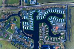 Luftbild von Ferienhäusern am Wasser in Goingarijp, Niederlande
