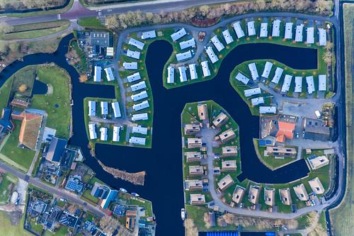 Drohnenaufnahme einer Ferienhaus Anlage am Wasser in Goingarijp, Niederlande