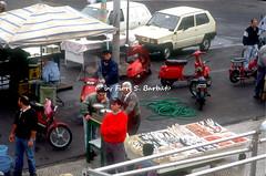 Gallipoli (LE), 1994, Sabato Santo: il mercato del pesce a margine della processione del Sabato Santo.
