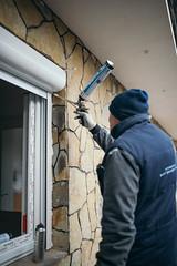 Window fitter applying polyurethane foam