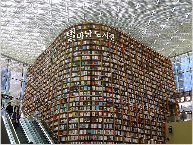 Starfields Giant Library in Shinsegae Mall.