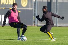 Paco Alcácer im Zweikampf mit Mats Hummels auf dem BVB-Trainingsplatz