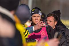 Nico Schulz macht ein Selfie mit Fans mit Mario Götze im Hintergrund beim öffentlichen BVB-Training