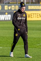 Dänischer Fußballspieler Jacob Bruun Larsen in schwarz-gelben BVB-Trainingsklamotten