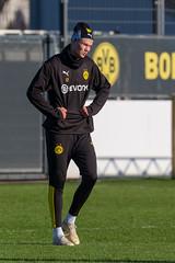 Norwegischer Stürmer Erling Haarland in einer lustigen Pose beim BVB-Trainingsgelände