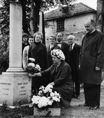 Rektor Rand og representanter fra St. Olaf College i Minnesota hedrer skolens grunnlegger Bernt Julius Muus (1965)