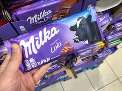 """Milka Schokolade-Tafel mit einem Kuh namens Lola für die Kampagne """"Entdecke die echten Kühe von Milka"""""""