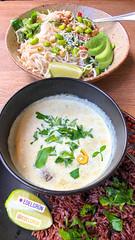 Gesund essen bei Edelgrün in Köln-Ehrenfeld: Teller mit Reisnudeln, Avocado, Edamame, Paprika, und Schüssel mit grünem Curry (scharf) serviert auf Vollkornreis
