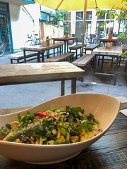 Chum Chay: authentisches vietnamesisches Restaurant in Köln. Ein vegetarisches Gericht in einem speziellen Teller auf dem Tisch im Außenbereich
