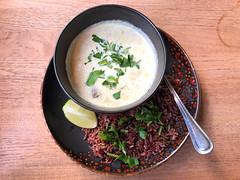 Grünes Curry (scharf) mit Keniabohnen, Champignons, Kirschtomaten und Limette serviert auf Vollkornreis