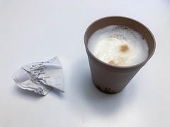 Bonpflicht in Deutschland ab Anfang 2020: Kassenbon wird direkt nach dem Kauf von einem Latte Macchiato weggeworfen