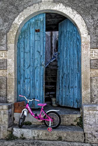 Le petit vélo rose et la porte bleue