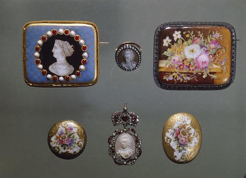 Jóias em porcelana Vista Alegre. Ílhavo, Portugal