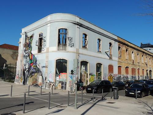 'Raposa em Lixo' ('Fox in the trash') by Bordalo II, Avenida 24 de Julho, Lisbon