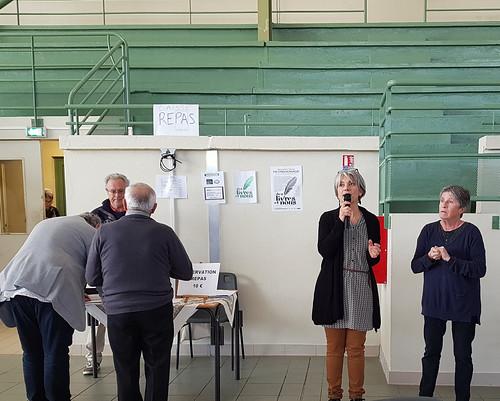 Des livres et nous, Peyrehorade, manifestation organisée par le Centre Culturel du Pays d'Orthe. La présidente a passé le micro à la seule élue qui soit venue ... et qui a travaillé d'ailleurs aussi, la représentante départementale pour le canton