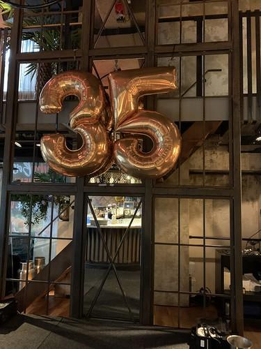 Folieballon Cijfers en Letters Dennis 35 jaar optreden Guido van de Graaf, Wolter Kroes, Tino Martin, Gerard Joling, Lil Kleine Cafe in the City Rotterdam