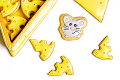 Gingerbread cookies in the form of pieces of cheese and a mouse