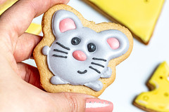 Gingerbread mouse in a female hand