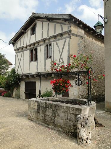 Lot-et-Garonne. Pujols. Ruelle et puits